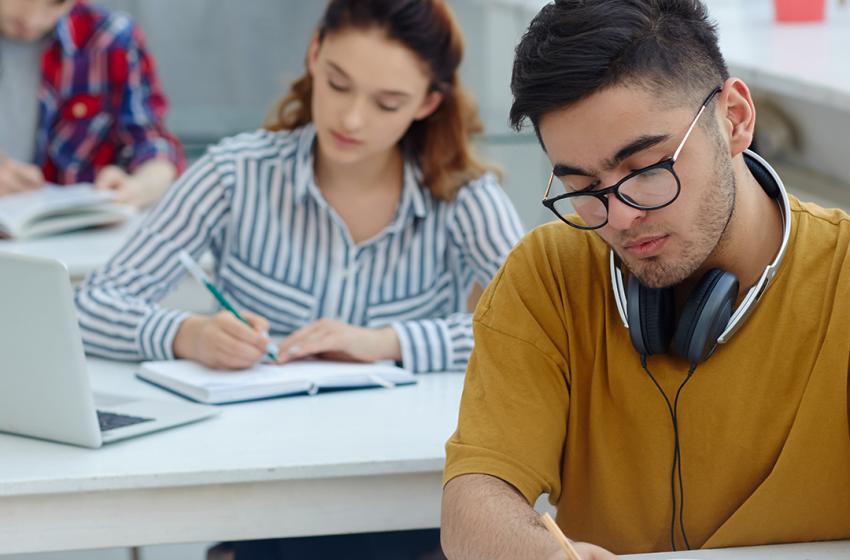 OFQUAL; GCSE ve A-Level öğrencileri 2022'de daha düşük notlar alacak.